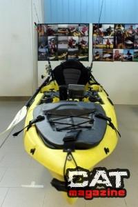 Kayak attrezzato da pesca in esposizione