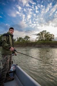 Riccardo durante l'azione di pesca