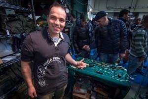 Matteo De Grandi presso lo stand del negozio Pesca Fish